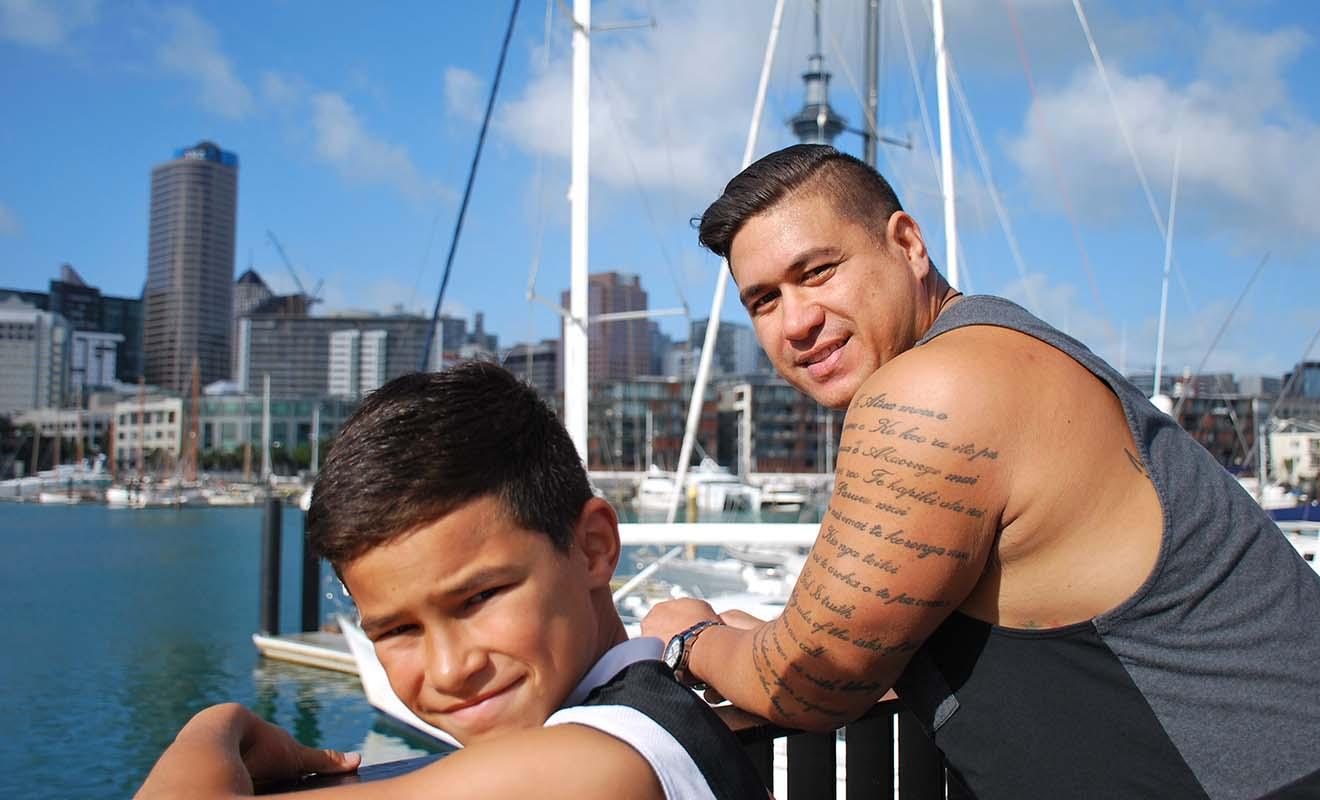 Les maoris représentent 10 % de la population de Nouvelle-Zélande, mais seuls 5 % de la population du pays parle la langue maori. Et tout ceux qui parlent le maori parlent aussi l'anglais.
