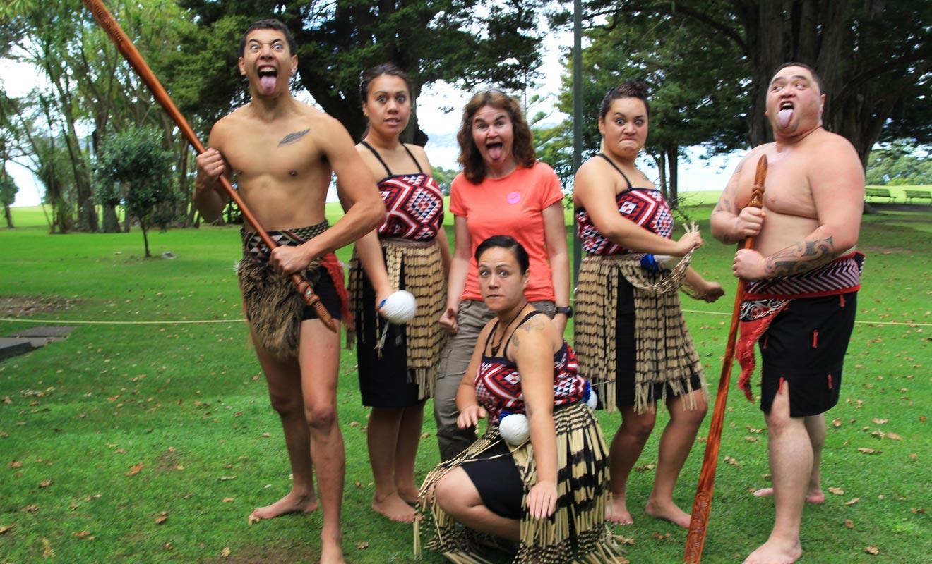 Les rugbymen AllBlacks dont une partie des joueurs sont d'origine maorie ont paradoxalement véhiculé l'image d'un peuple guerrier. L'essor du tourisme depuis les années 90 a mis fin à ce préjugé.