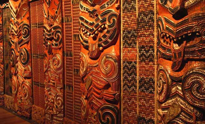 Plus que tout autre peuple du Pacifique, les Maoris sont passés maitres dans l'art de la sculpture, comme en témoignent les remarquables maisons communes aux piliers sculptés.