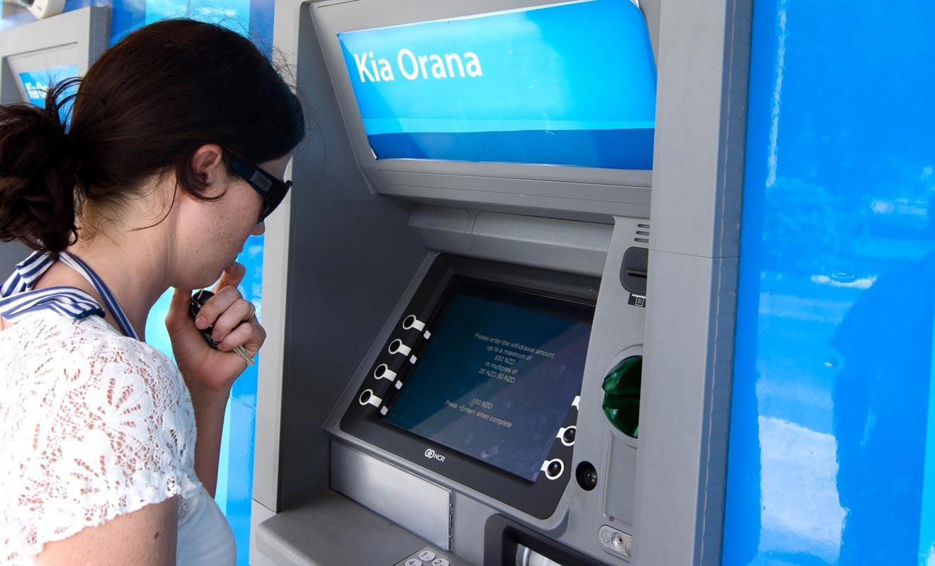 Les distributeurs de billets s'appellent des ATM. Notez le logo de BNZ l'une des principales banques du pays.
