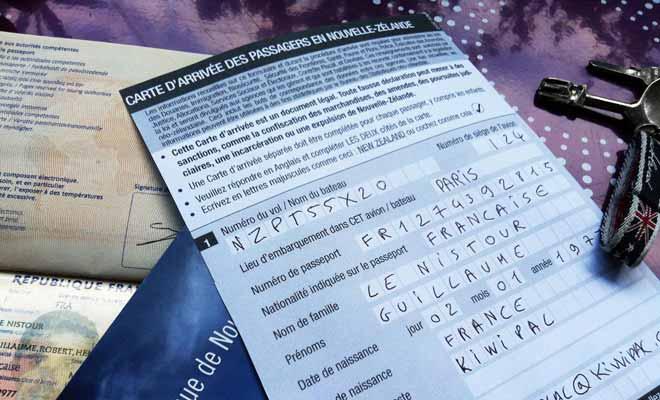 Avant d'atterrir en Nouvelle-Zélande, le personnel de bord distribue les formulaires de douane aux passagers. Prenez votre temps pour répondre aux questions et n'oubliez pas le verso !