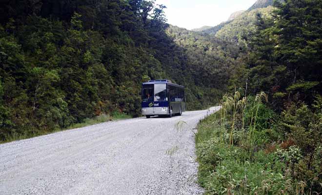 Après la traversée du lac Manapouri, il faut emprunter un autocar en direction du col de Wilmot Pass.