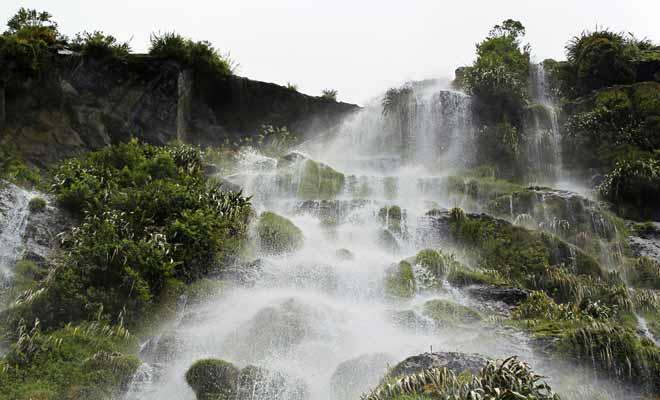Le Fiordland est l'une des régions les plus humides sur Terre. Les sept mètres de pluie qui se déversent chaque année alimentent les centaines de cascades du fjord.