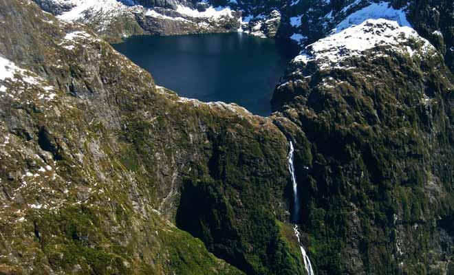 La chute de Browne Falls qui se déverse dans le fiord tombe de 836 mètres d'altitude. C'est la neuvième chute la plus haute du monde !