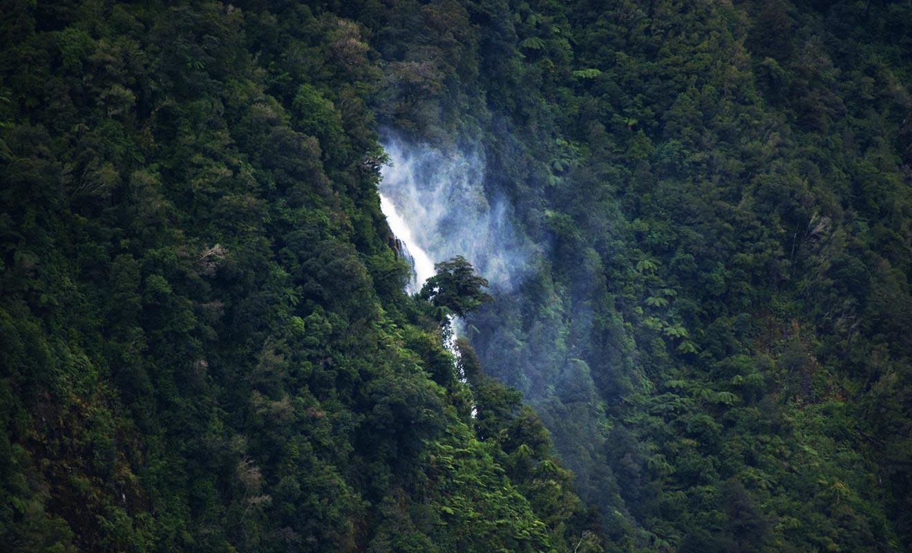 Helena Falls est l'une des plus belles chutes d'eau du Doubtful Sound.