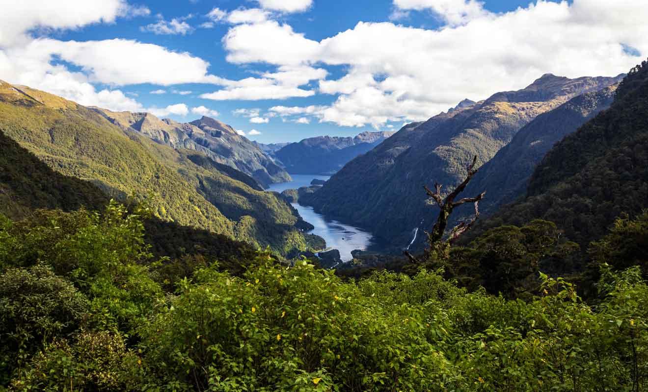 Pour rejoindre le fjord, il faut traverser le lac Manapouri en bateau puis rejoindre Deep Cove par la route en empruntant le col de Wilmot Pass.