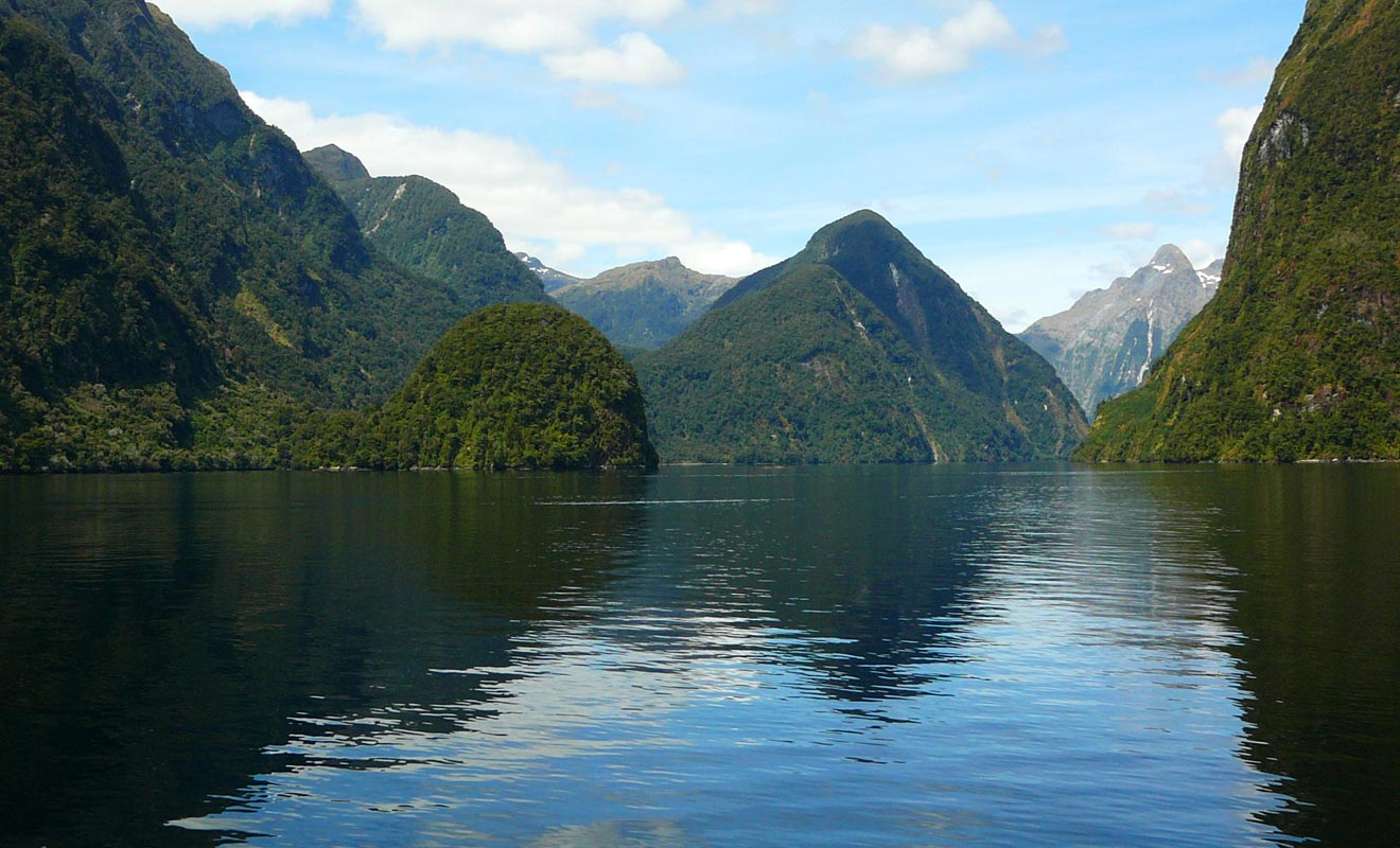 Les Maoris ont naturellement été les premiers à s'aventurer les eaux du fiord. Il restera ensuite inexploré durant près de 700 ans jusqu'au passage de l'Endeavour du capitaine Cook.