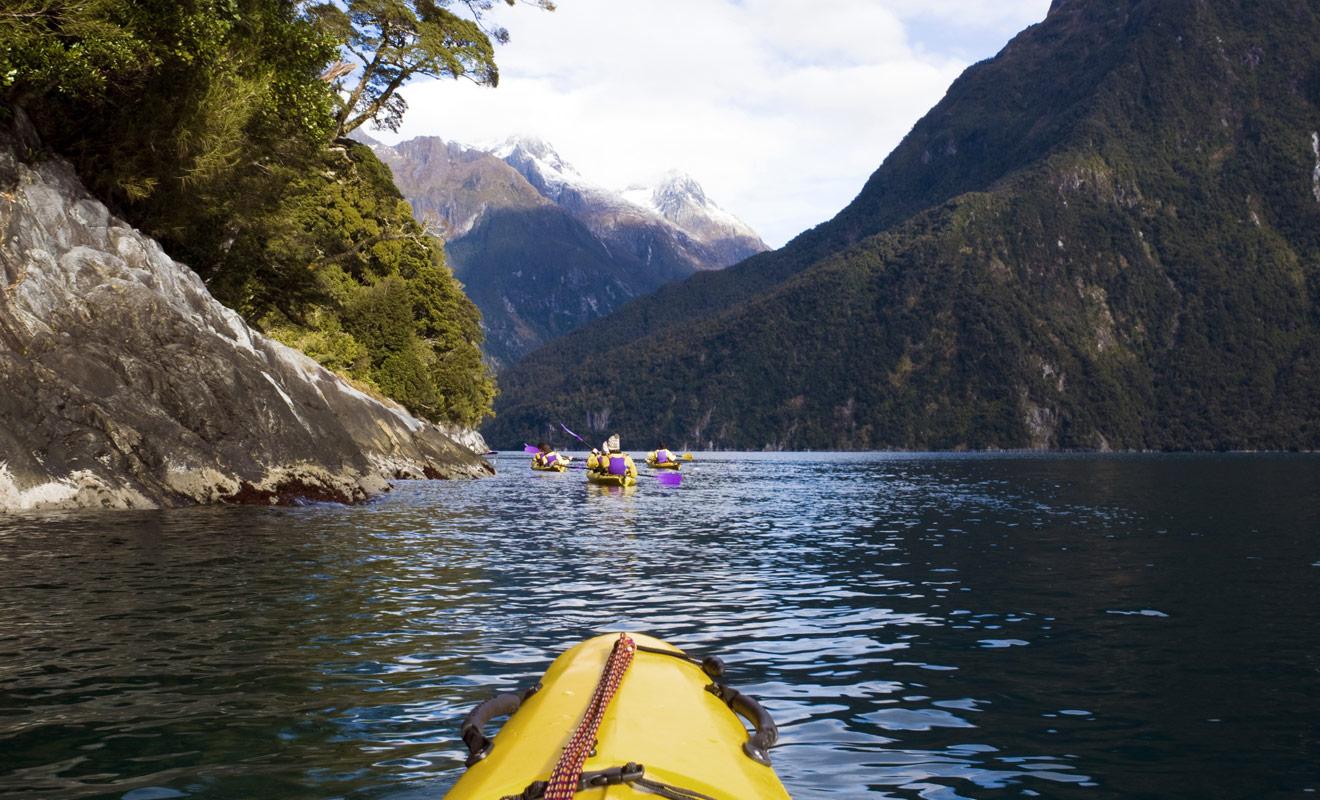 Le point de vue sur le paysage est radicalement différent en kayak, car vous naviguez au fil de l'eau et non sur le pont d'un navire de croisière. L'expérience est presque mystique à la nuit tombée.