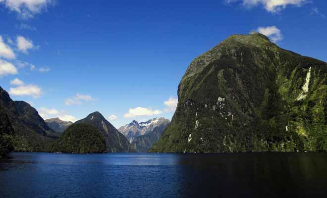 Le Doubtful Sound, comme tous les fiords de la région, occupe une vallée glaciaire submergée par les flots.