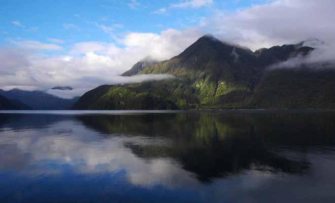 Lorsque le capitaine Cook a découvert le fiord, il s'est abstenu de l'explorer en raison du calme plat dont il se méfiait. Il arrive en effet que le vent ne souffle pas durant des jours, immobilisant les navires.