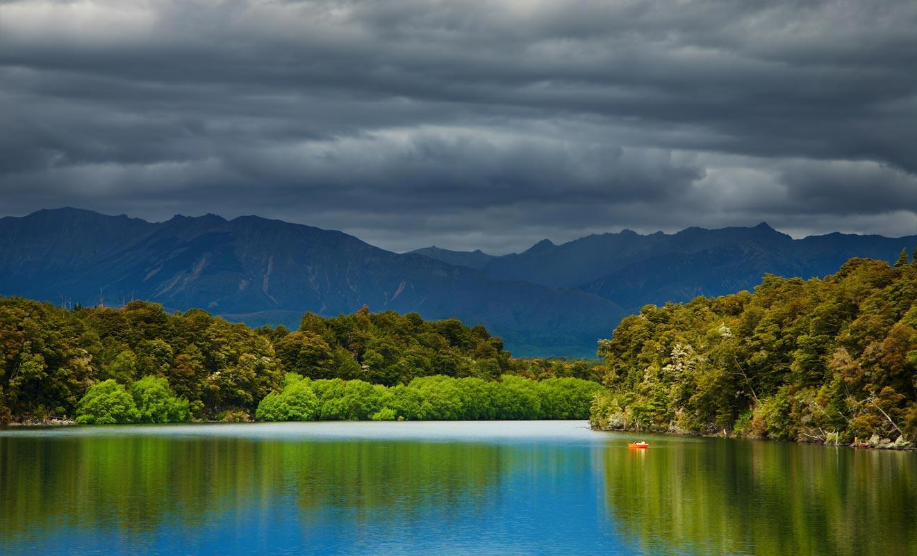 Un projet du gouvernement prévoyait la construction d'un barrage au lac Manapouri. L'accumulation des eaux aurait noyé les îles si la pétition lancée par la population n'avait pas fait plier le pouvoir en place.