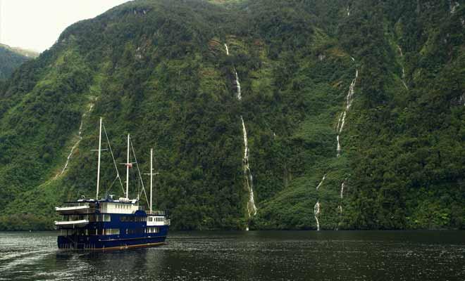 La pluie qui tombe presque quotidiennement alimente de petits lacs qui se déversent en cascades éphémères dans le fiord.