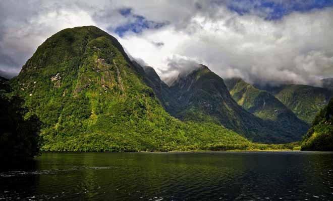 Même si le Doubtful Sound est aujourd'hui accessible, mais son accès reste extrêmement difficile pour une équipe de tournage. Malgré sa beauté légendaire, le fiord n'apparait pas dans les films de Peter Jackson.