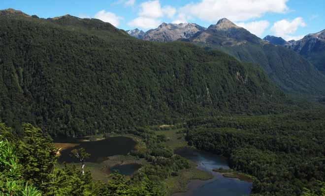 Le Doubtful Sound est difficile d'accès et l'excursion qui permet de le visiter occupe une journée entière. Ce qui explique que la majorité des visiteurs lui préfèrent le Milford Sound.