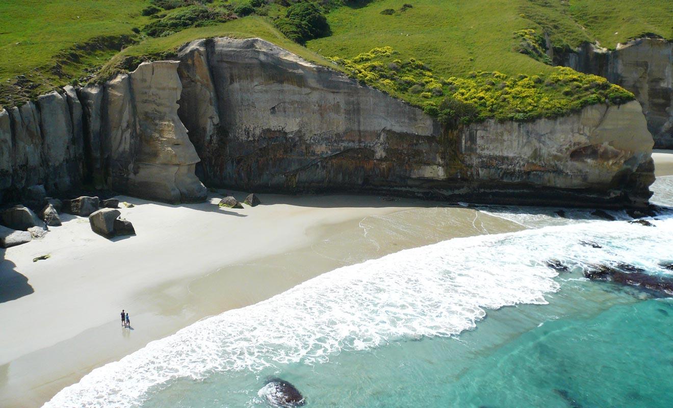 Les falaises de calcaire ont été façonnées par l'érosion.
