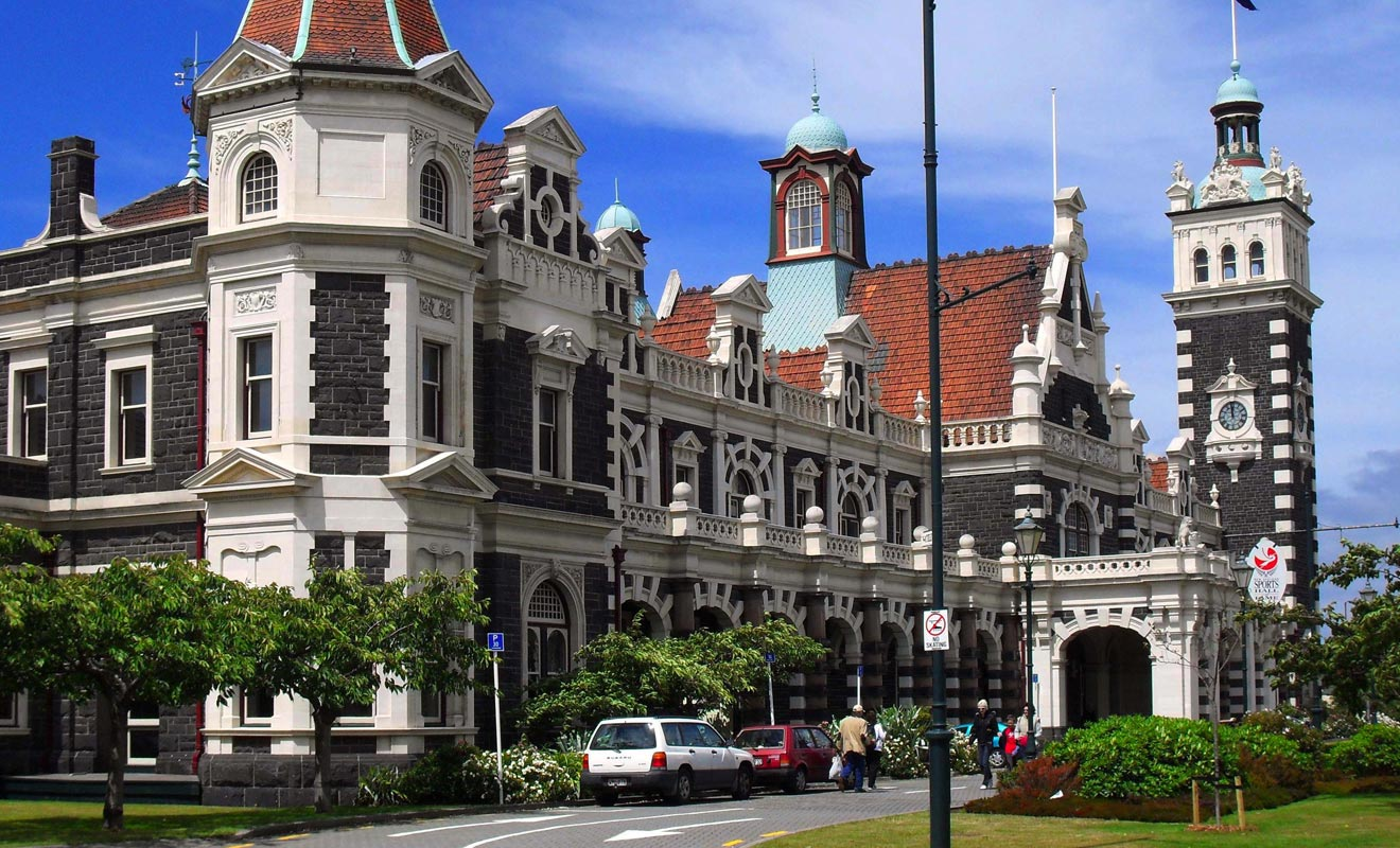 L'architecte de la gare Centrale a été surnommé « George Pain d'épice » par les habitants. Il faut dire que sa construction la plus célèbre est assez chargée, mais parfaitement proportionnée.