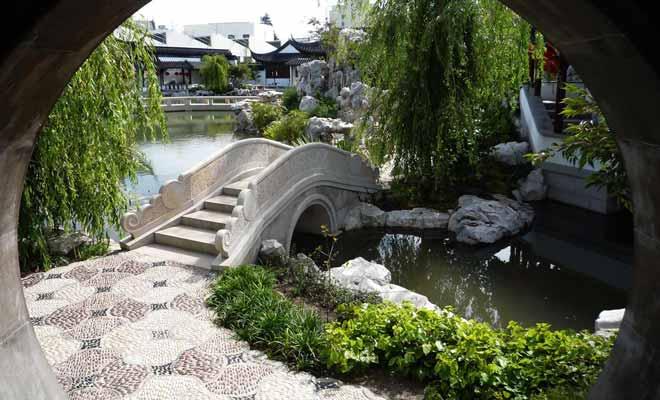 Le Jardin chinois est construit à partir de dix mille tonnes de pierre importées spécialement de Chine.