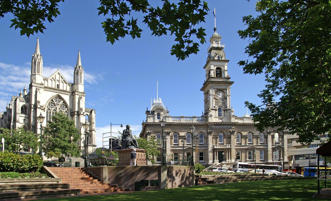 Parce qu'elle forme un octogone, la place centrale de Dunedin est baptisée « Octagon ». C'est le lieu de rendez-vous des étudiants, d'autant que l'on peut s'y connecter gratuitement au WiFi.