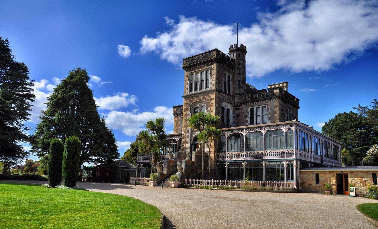 On pourrait presque affirmer qu'il n'existe pas de châteaux en Nouvelle-Zélande. Larnach Castle est présenté comme tel, mais l'appellation est un peu exagérée. Quoi qu'il en soit, cela reste un très bel édifice.