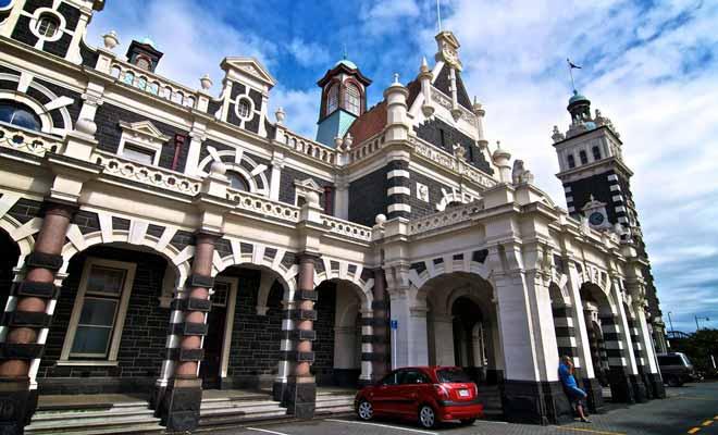 La gare de Dunedin accueille uniquement le train touristique de Taieri Gorge Railway. Les autres lignes ont été suspendues au fil du temps.