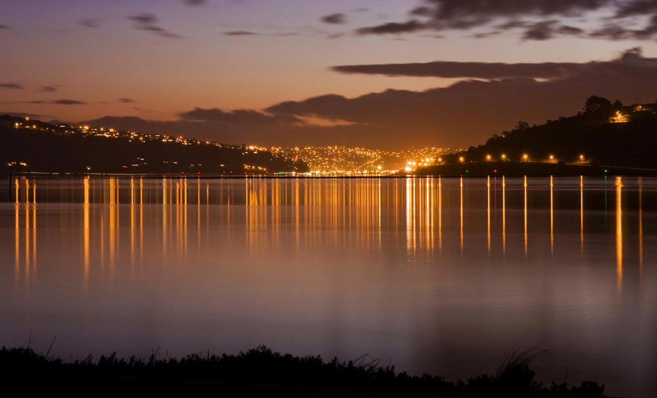 Dunedin est bâtie à flanc de colline sur la côte Est de l'île du Sud.