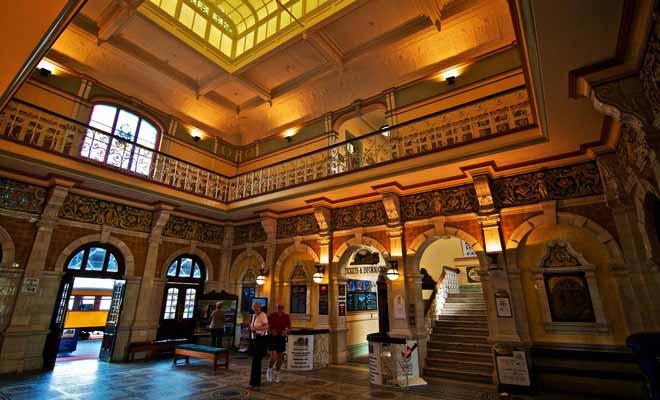 Le musée « New Zealand Sports Hall of Fame » se trouve à l'étage de la gare Centrale. Le rugby est bien sûr à l'honneur, mais ce n'est pas le seul sport où les Néo-Zélandais excellent.