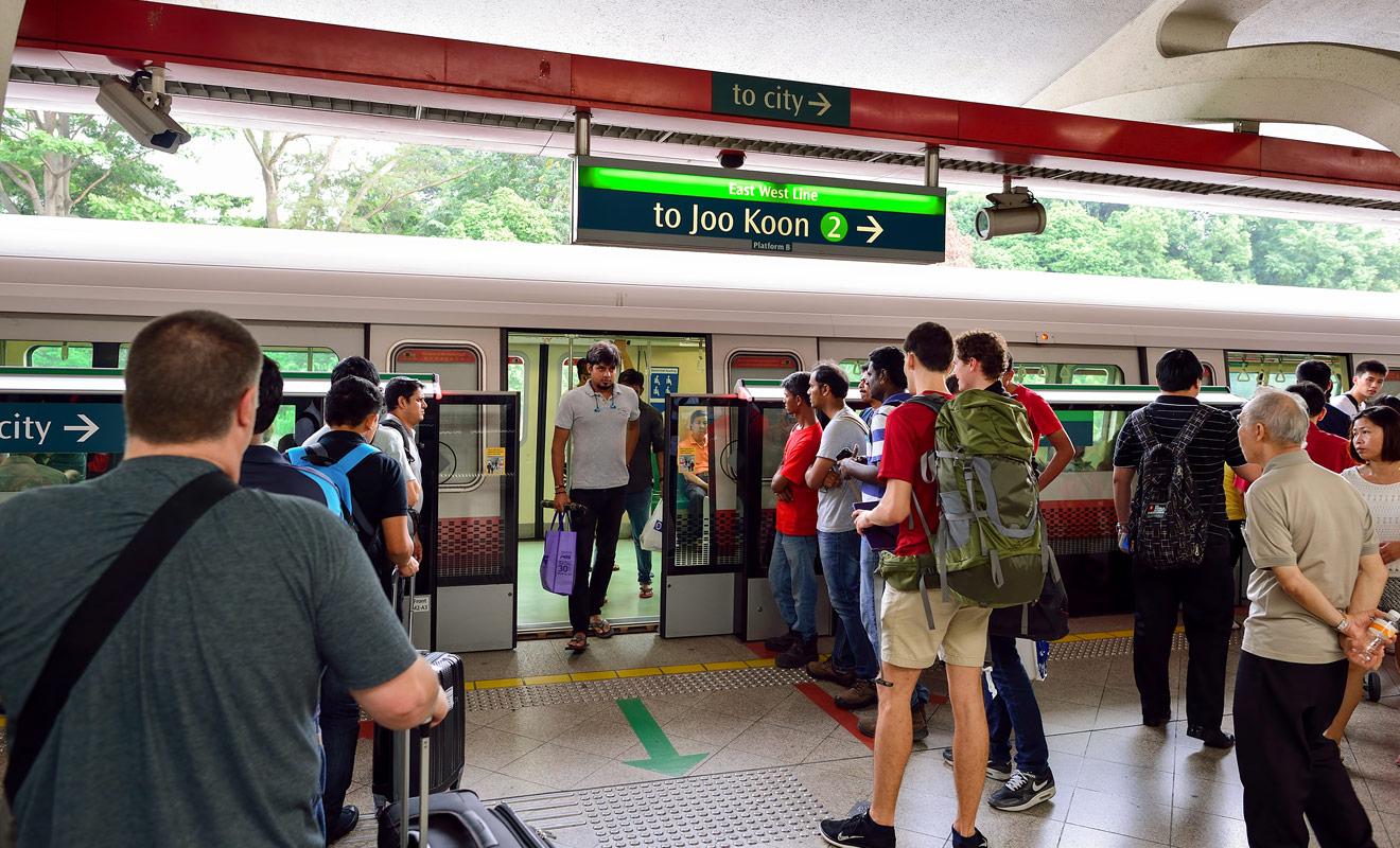 Pou rejoindre le centre-ville de Singapour depuis l'aéroport, vous pouvez emprunter une ligne de métro aussi propre qu'elle est efficace et rapide.