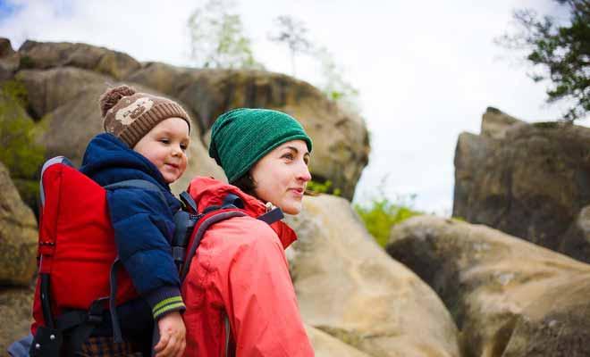 Le porte-bébé dorsal fatigue le dos, mais il est parfaitement adapté aux randonnées avec les tout petits.