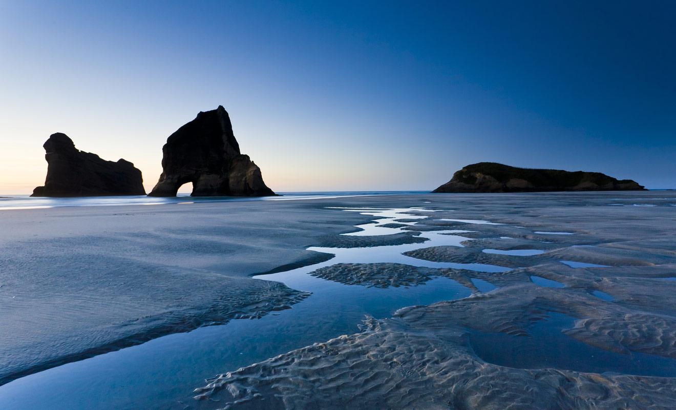 Farewell Spit est une longue langue de sable à la pointe nord de l'île du Sud. Une randonnée de deux heures permet de rejoindre la plage de Wharariki Beach.