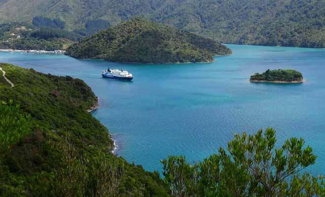 Remis à niveau en 2015, le Straits Feronia met une demi-heure de plus à effectuer la traversée entre Wellington et Picton.