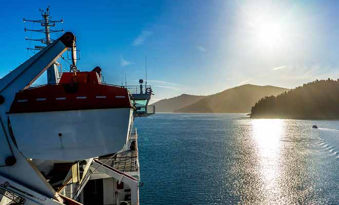 Économiser du temps n'est pas toujours un bon calcul ! La traversée en ferry par exemple est plus intéressante qu'un trajet en avion qui ne permet pas d'admirer le paysage.