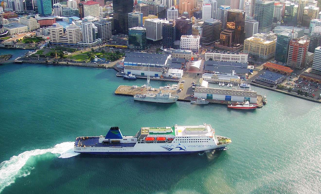 Chaque jour les ferries viennent s'amarrer à quai pour embarquer les voyageurs qui souhaitent passer de l'île du Nord à l'île du Sud.