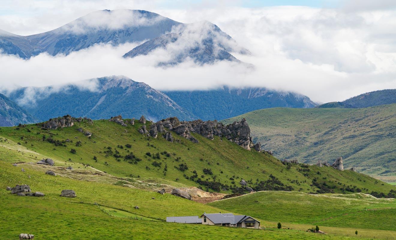 Flock Hill en revanche est bien un lieu de tournage, et l'affrontement final du premier volet de la trilogie de Narnia a été filmé ici.