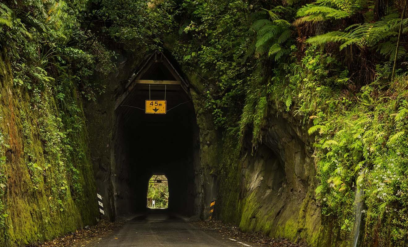 La Forgotten World Highway qui couvre plusieurs centaines de kilomètres comporte de nombreux passages creusés dans la roche.