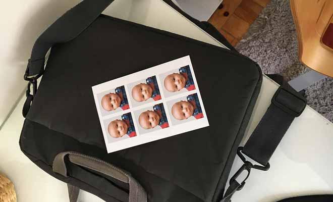 Les règles fixées pour les photos d'identité sont les mêmes pour les adultes comme pour les bébés ! Non seulement votre enfant ne doit pas sourire, mais il doit être sur un fond neutre clair.