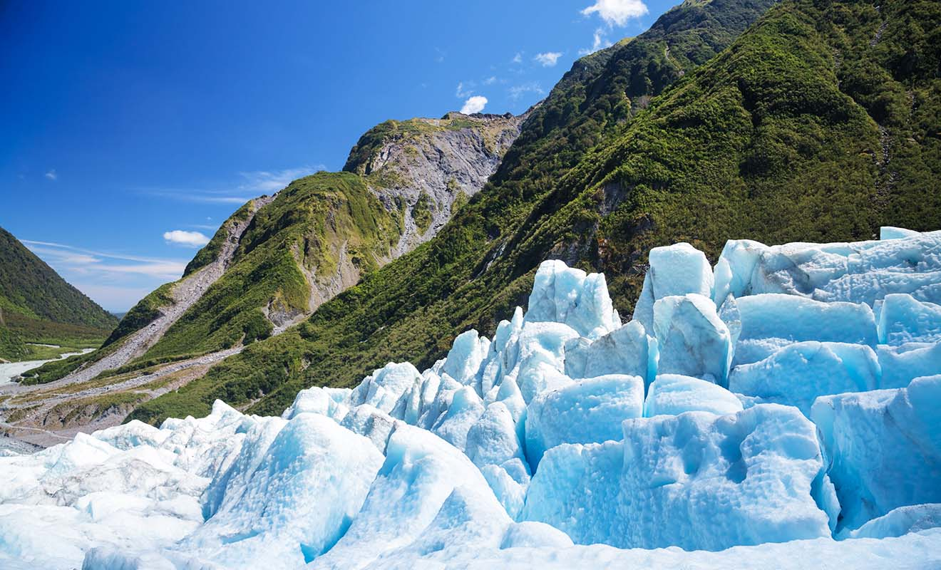 S'aventurer sans guide sur un glacier est impossible et il faut obligatoirement être encadré par un professionnel pour partir à la découverte des grottes de glace bleue.