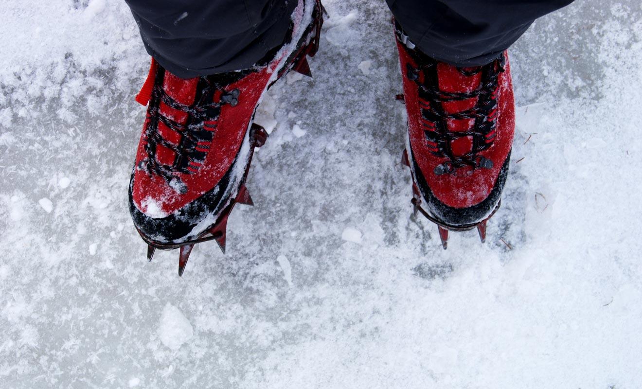L'exploration du glacier impose de porter des chaussures à crampons. Il faudra apprendre à les ajuster, mais la technique n'est pas difficile.