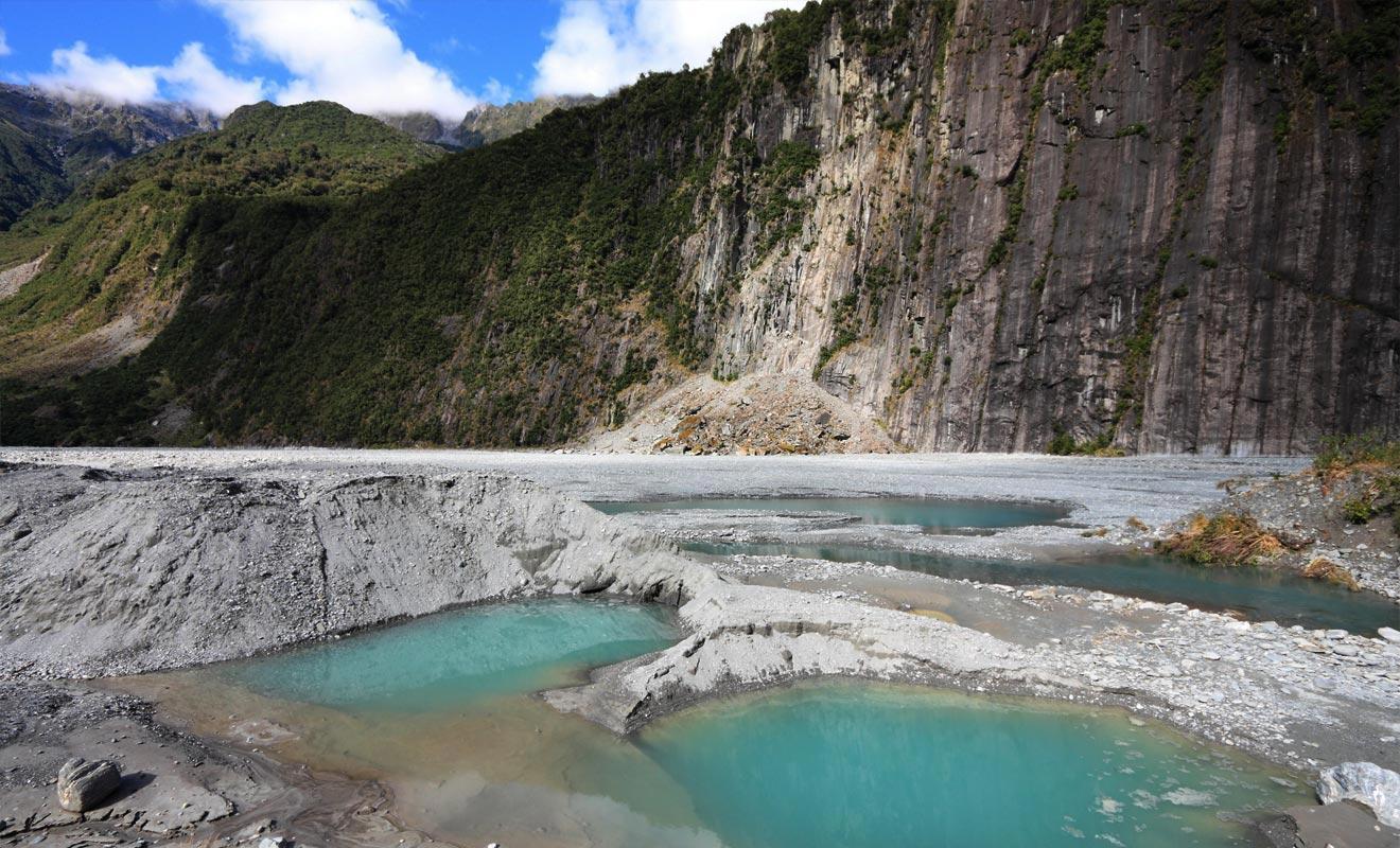 La composition du sol réfléchit la lumière fortement et colore les mares d'une jolie teinte turquoise.