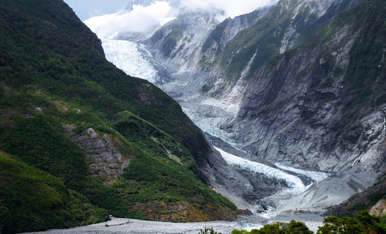 Le glacier Franz Joseph est plus spectaculaire que le Fox. Mais il est néanmoins beaucoup moins accessible. Pour le visiter, il faut réserver une sortie en hélicoptère.