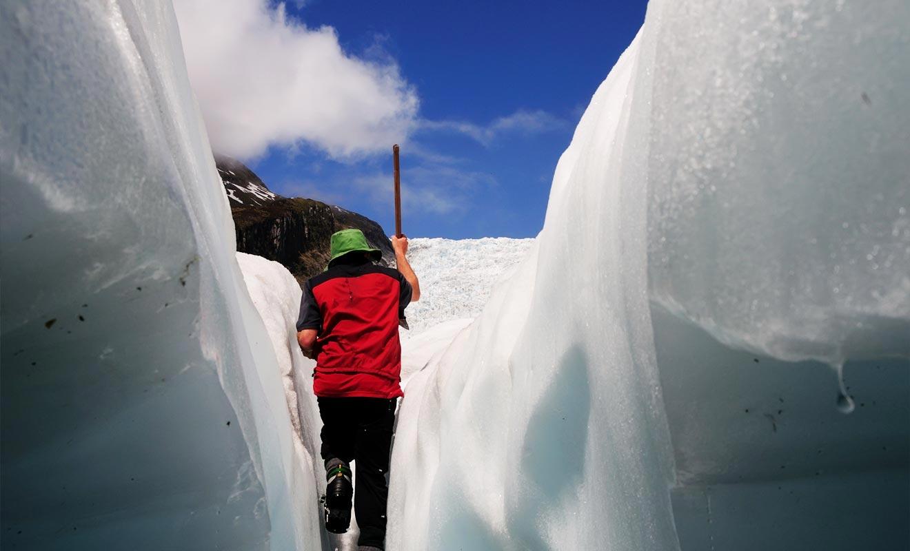 Le glacier n'est pas une masse inerte ! Il se déplace très lentement chaque jour, occasionnant l'apparition de nouvelles crevasses.