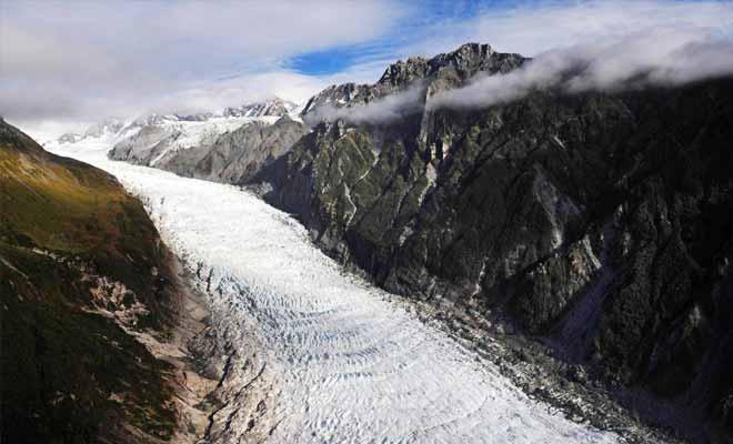Le monstre de glace descend sur 13 kilomètres en broyant la roche sur son passage.