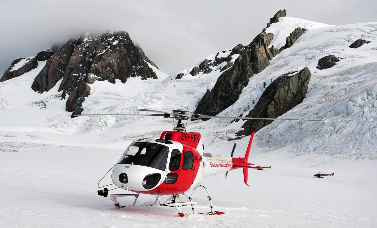 Il est possible de se faire déposer en hélicoptère au sommet. Le survol de la région est impressionnant et permet de commencer la visite à une altitude ou la glace n'est pas salie par les débris de la forêt.
