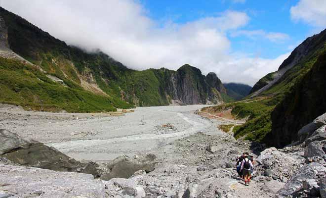 L'excursion s'achève en suivant la moraine qui rejoint la vallée puis le parking.