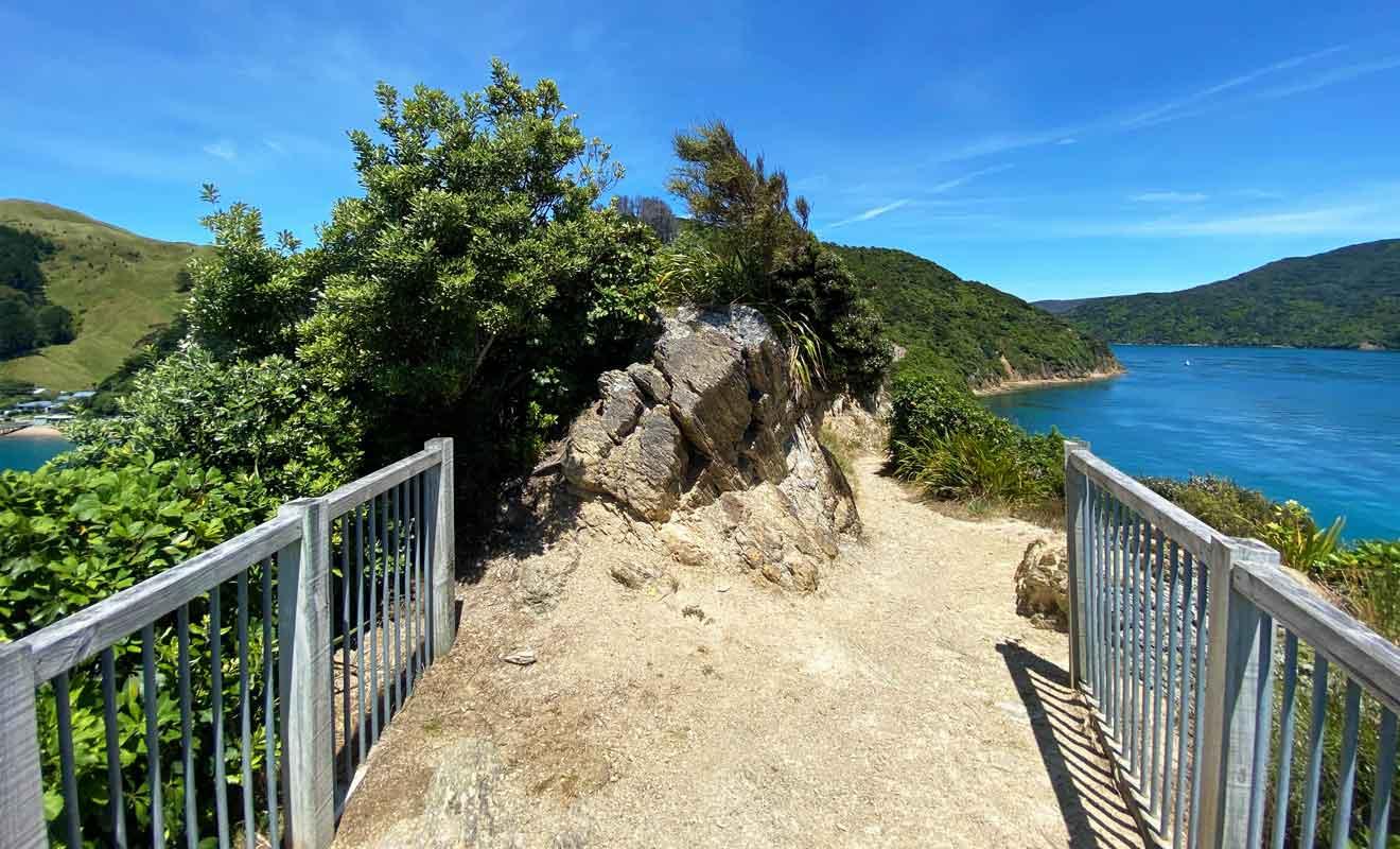 Une promenade rejoint un dernier point d'observation non loin du détroit de Cook.