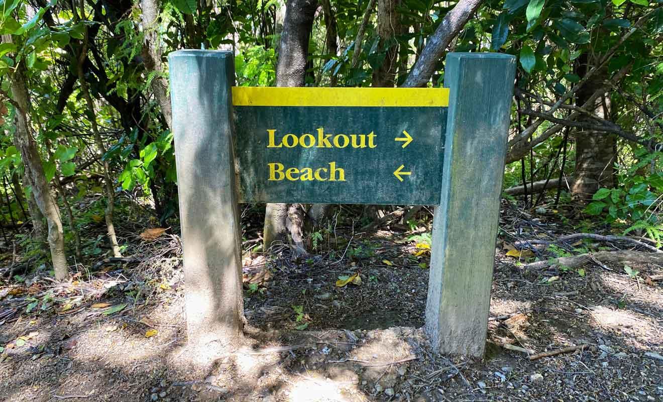 La randonnée rejoint un point de vue puis une plage de rêve.