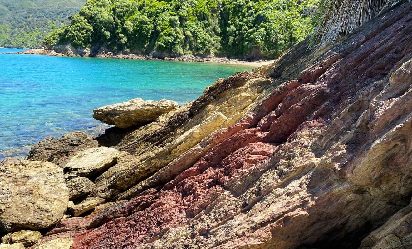 Les couches de sédiments évoquent un peu les paysages de Punakaiki sur la West Coast.