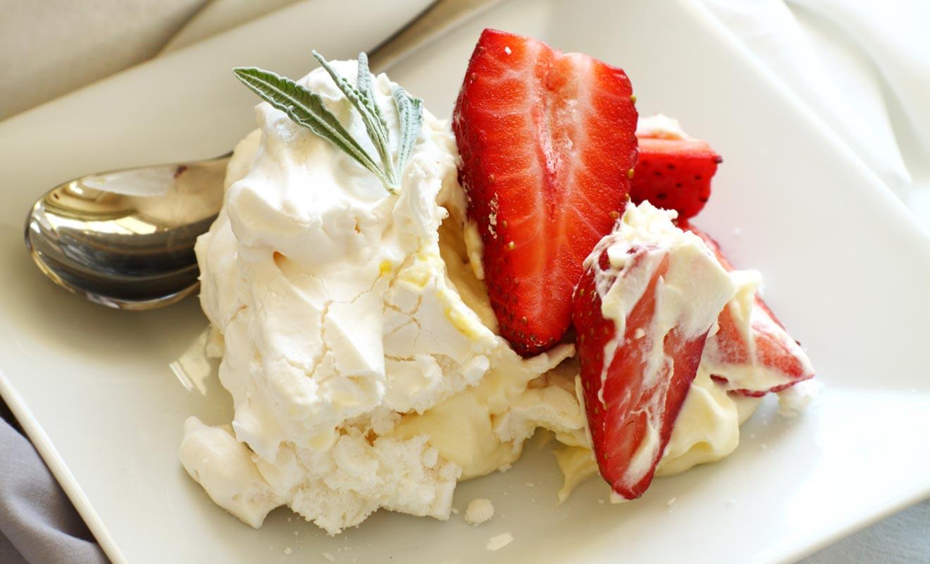 La Pavlova aurait été inventée en l'honneur d'une danseuse étoile. Néo-Zélandais et Australiens se disputent son invention, mais ce qui est certain, c'est que ce dessert meringué servi avec des fruits frais est un régal.