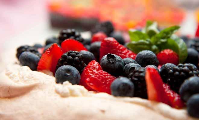 Les Néo-Zélandais et les Australiens se disputent l'invention de la Pavlova, une recette de meringue aux fruits frais baptisée en l'honneur d'une célèbre ballerine du siècle passé. C'est le dessert traditionnel que l'on sert à Noël (qui tombe en été de ce côté du globe).