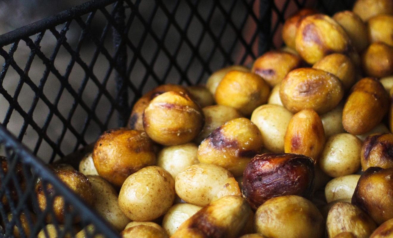 Le Hangi consiste à creuser un trou dans la terre et à y déposer des braises. Les aliments sont ensuite déposés dans des paniers en osiers qui sont protégés des braises par une fine couche de terre. On rebouche ensuite le trou et la viande et les légumes cuisent à l'étouffée.