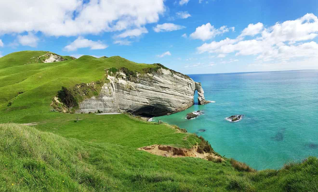 Les falaises du Cap Farewell surplombent la mer de Tasman.